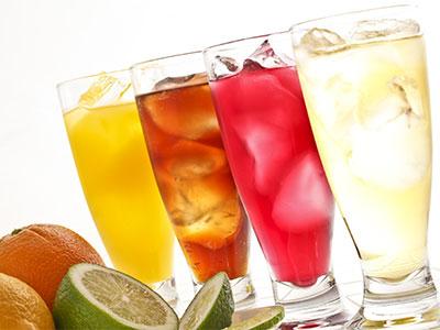 Verschiedene Fruchtgetränke im großen Glas mit davor liegenden Früchten als Dekoration im Da Roberto Café in Hachenburg im Habakuk