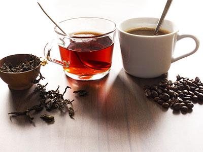 Teegewürz in Gefäß neben Tee im Glas und Kaffeetasse mit Kaffee und Kaffeebohnen im Da Roberto Café in Hachenburg im Habakuk