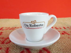 Cappuccino Ober- und Untertasse mit Da Roberto Logo auf Kaffeesack