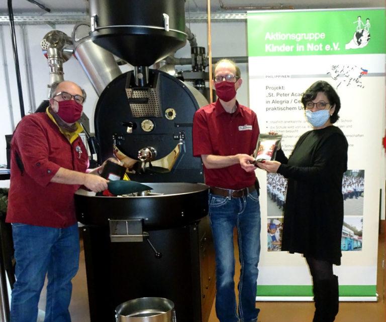 "(Foto: Jeanette Brozda nimmt die Kaffeespenden der speziellen Kaffee- Kreation für die Aktionsgruppe ""Kinder in Not e.V."" entgegen)"